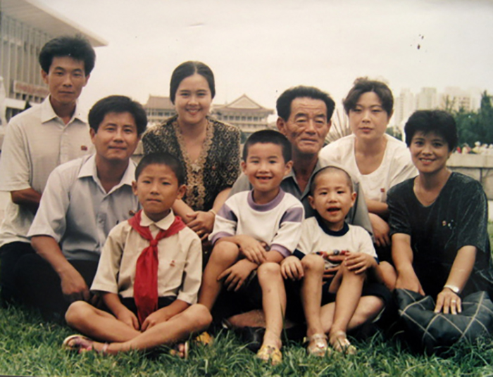 Mr. Oh's brother's family. The third person in the back row is Mr. Oh's niece.